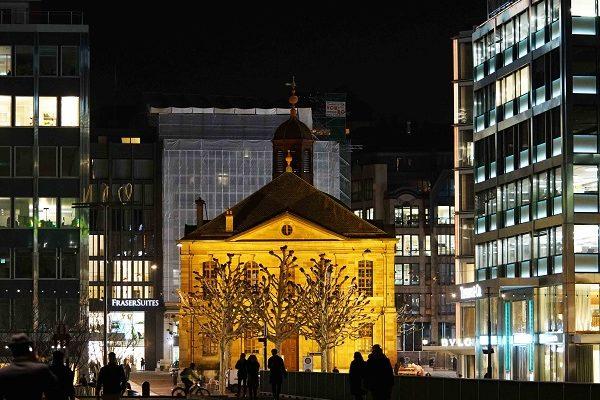 Genève, place du Temple de nuit
