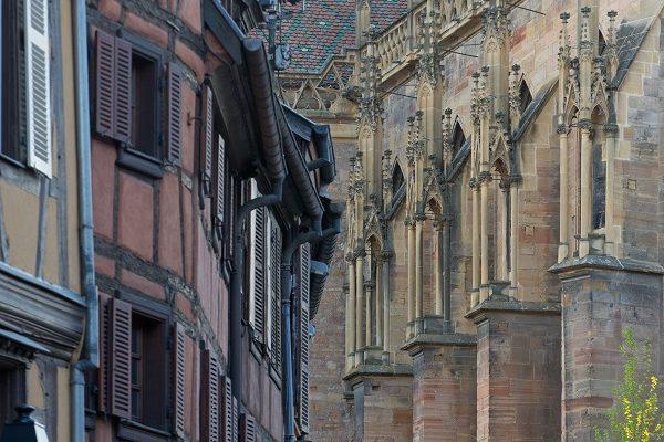 Colmar contraste maisons-cathédrale