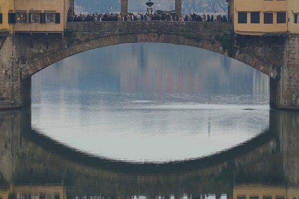 Florence les reflets du Ponte-Vecchio dans le rivière Arno