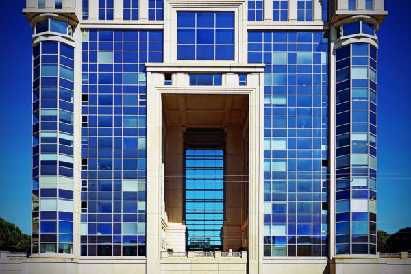 Montpellier immeuble construit par Ricardo Bofill le long de la Lez
